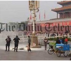 Cinese si dà fuoco in Piazza Tienanmen, le foto mostrate da un turista (foto)
