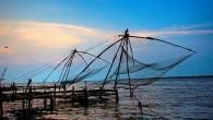 """Se vi capita di passeggiare lungo la costa di Kochi in India, vi troverete faccia, a faccia, conenormi strutture in bambù, simili a grandi insetti, sospesi sul livello dell'acqua Le strutture, introdotte tra il1350 e il 1450, non sono altro che le """"Cheena Vala"""", enormi reti da pesca cinesi, alte10 […]"""