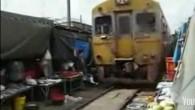 Il mercato di Maeklong, si trova proprio lungo la linea ferroviaria. I venditori ambulanti, con naturalezza, rimuovono i loro prodotti, le bancarelle e le tende da sole per farlo passare, poi, velocemente, riposizionano tutto per tornare a vendere i loro prodotti Vi anticipo che il video è autentico, non è […]