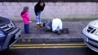 La fotografia è stata scattata da un uomo vicino a un centro commerciale nella zona di Wester Hailes di Edimburgo La donna, trentenne, accompagnata dalla figlia e da un suo amico, dopo aver prelevato in farmacia la prescritta dose settimanale di metadone, mentre era sulla strada di casa, ha avuto […]