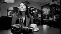 Chi è questa fotografa, recentemente apparsa nelle mostre d'arte a Vancouver, e su vari manifesti che pubblicizzano la vita notturna della nostra città? Abbiamo avuto la possibilità di incontrare Hana Sincerelyper parlare dei suoi progetti presenti e futuri, di raccontare come ha iniziato a coltivare il suo hobby. Puoi presentarti […]