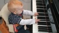 La pianista è Lise Linde Kronenberg, ha appena festeggiato il suo primo compleanno. Non è chiaro se il suo brano per pianoforte è stato doppiato su una preesistente melodia, o se l'accompagnamento orchestrale con gli archi è stato creato appositamente per armonizzare la sua creazione estemporanea, fatto sta che il […]