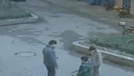Un uomo, definirlo sciocco e un eufemismo, originario della città di Xiangtan, in Cina, per impressionare i suoi figli, ha gettato un petardo acceso dentro a un tombino. L'insano gesto, poteva avere ben più gravi e tragiche conseguenze: il petardo accesso ha innescato l'esplosione di una tasca di gas metano […]