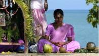 Il bizzarro rituale si svolge nel Tempio Mahalaxmi di Karur, nello Stato Tamil Nadu in India. I devoti, per compiacere la dea della ricchezza Laxmi e ringraziarla per aver esaudito le loro preghiere, si fanno rompere in testala noce di cocco. Periyasamy, sommo cerimoniere, è quasi in trance mentre spacca […]