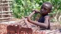 Tra una percossa e l'altra, pochi giorni prima di Pasqua, i bambini schiavi lavorano sedici ore il giorno per produrre il cacao per i grandi produttori di cioccolato, cinici sfruttatori, disperatamente in competizione tra loro per massimizzare i profitti. E' il loro periodo più redditizio grazie ai profitti legati allo […]