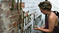 Anna Garforth (vedi foto), artista londinese, è tra le più rappresentative ambasciatrici dei graffiti fatti con il muschio, per abbellire spazi grigi della sua nativa Londra. E' riuscita ad attirare l'attenzione di altri artisti, la sua proposta è stata accolta con entusiasmo in città. In molti stanno già utilizzando la […]