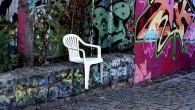 Sarebbe divertente imbattersi in una sedia monoblocco in plastica che fa l'autostop in cerca di un passaggio alla discarica? Grazie al design Bert Loeschner, possiamo dire di aver visto l'insolita ma divertente immagine (vedi foto). Bert Loeschner è uno di quegli artisti che antropomorficamente con spiccato spirito di animazione, infondono […]