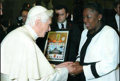 Il Papa benedice Rebecca Kadaga