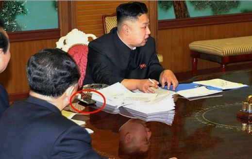 Kim Jong-un con il misterioso cellulare foto grande