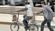 Il classico borseggiatore cinese, almeno in questo caso, si riconosce dalle bacchette, le ha utilizzate con destrezza per sfilare in corsa un cellulare a una donna mentre transitava in sella a una bicicletta nel centro di Zhengzhou. L'ignara ciclista, a quanto pare, ha continuato a pedalare non accorgendosi di nulla […]