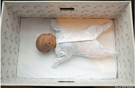 Finlandia, bambino dorme in scatola