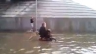 Un cane, una sedia a rotelle e un diluvio, che cosa hanno in comune? Forse appartengono a uno dei video virali più toccanti del 2013. Il filmato di un cane che spinge la sedia a rotelle del suo padrone attraverso la strada allagata da un diluvio è emerso questa settimana […]