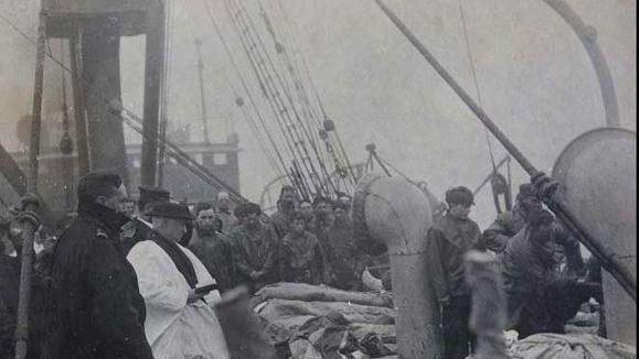 Sepoltura in mare vittime del Titanic - Foto inedita