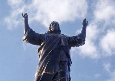 adolescente simula rapporto orale con statua di Gesù
