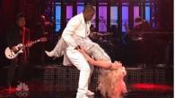 """Lady Gaga in una scintillante tuta con una profonda scollatura ha iniziato a cantare """"Do What U Want"""". Rispetto ad alcune delle altre prestazioni, Lady Gaga si muoveva con grazia ed eleganza. In effetti, questo sottomesso atteggiamento sul palco di Saturday Night Live deve essere stato uno stratagemma per tenere […]"""