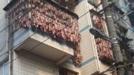 """La pancetta cinese, conosciuta come """"la rou"""", si differenzia dalla sua controparte occidentale, la carne di maiale cruda è sottoposta a polimerizzazione per dargli un sapore unico: la carne è marinata in salsa, quindi è affumicata al forno, o anche esposta alla luce solare, dandogli un sapore unico (vedi immagini […]"""
