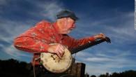 """Il leggendario cantante folk e attivista politico Pete Seeger è morto per cause naturali il 27 gennaio 2014, aveva 94 anni. William Ruhlmann in una biografia su Allmusic ha scritto: """"Pete Seeger fin dall'inizio, aspirava a usare la musica popolare per promuovere le sue idee politiche di sinistra, in tempi […]"""