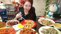 Park Seo-yeon prepara la tavola con piatti a base di carne di manzo coreano, il kimchi in casseruola e riso. Accende il suo computer e la webcam, poi inizia a mangiare da sola mentre in tempo reale su internetmigliaia di utenti guardano e parlano con lei. Il voyeurismo gastronomico, l'ultima […]