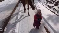 Emma ha due anni accompagna per una passeggiata la cavalla Cannella lungo un sentiero innevato nel ranch di suo padre Justin Dunn in Guffey, Colorado. Justin Dunn e la figlia Emma sono sulla via del ritorno a casa, il padre assiste con attenzione la bambina dandole istruzioni su come gestire […]