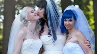 """Il termine """"throuple"""" definisce un rapporto coniugaleche ha superato il concetto di tradizionale unione in coppia di due persone (anche dello stesso sesso) a un accordo coniugale di tre persone. La scorsa estate, tre donne Kitten 27 anni, Brynn 34 anni e Doll Young 30 anni, ha scritto la storia […]"""