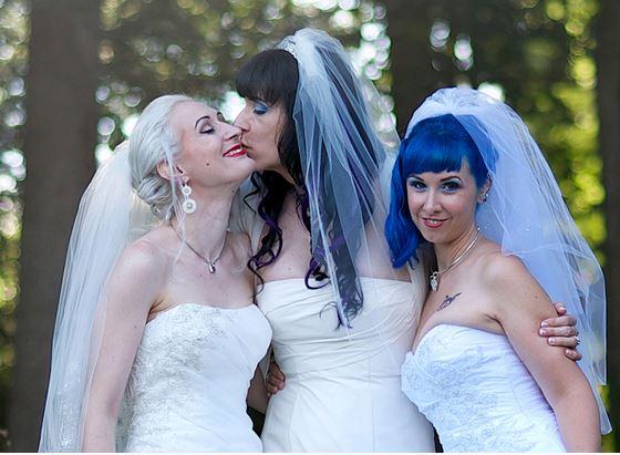 Kitten, Brynn e Doll il trio lesbico regolarmente sposato