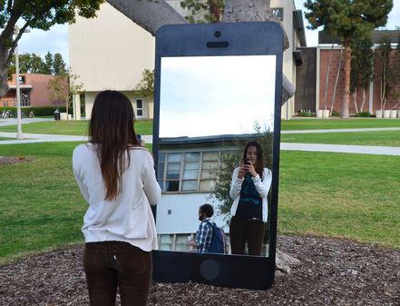 Selfie specchio iPhone, clicca la foto per vedere altre immagini