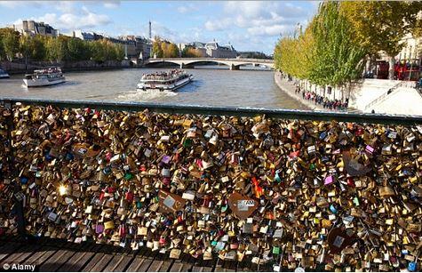 Lucchetti dell'amore sul Pont des Arts, ringhiera