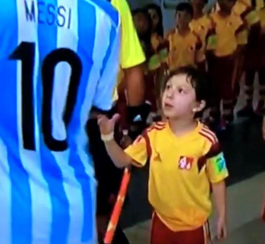 Argentina - Bosnia: Messi non stringe la mano a un bambino