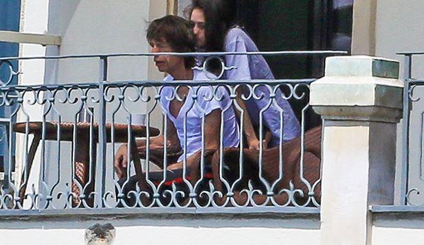Mick Jagger con misteriosa ragazza bruna