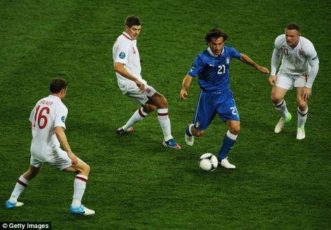 Andrea Pirlo accerchiato da giocatori inglesi