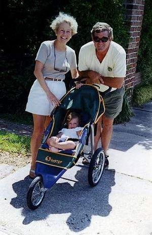 Sissy con il marito David Hewitt e un loro nipote vicino alla scritta sul marciapiede David + Sissy