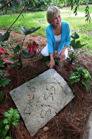 Sissy mostra la scritta sul cemento  David + Sissy