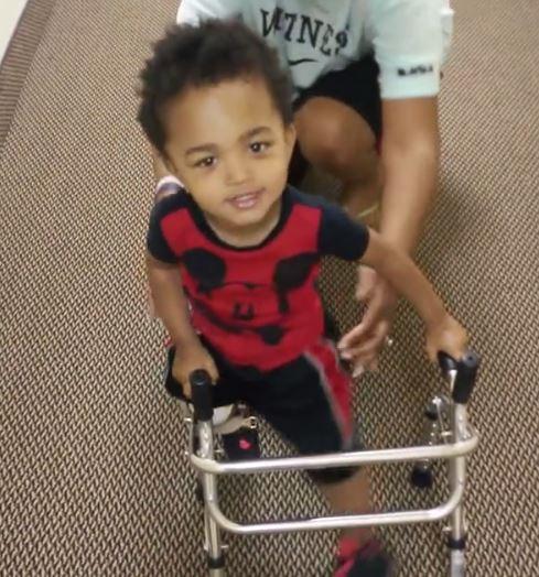 Kayden Elia impara a camminare