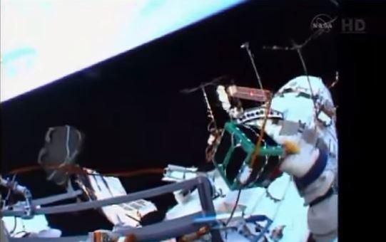 Astronauta russo Oleg Artemyev lancia a mano nanosatellite peruviano Chasqui-1