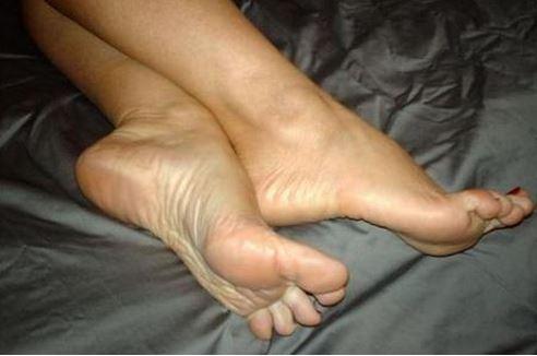piedi fuori lenzuola dormire meglio