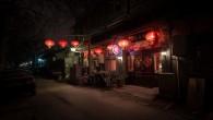 """""""Hutong"""" può riferirsi a stretti vicoli tra le tradizionali case cinesi, oppure a quartieri che si formano unendo questi vicoli. Storicamente sono stati disposti accuratamente dove vivevano molte persone. Il numero di hutong dalla metà del ventesimo secolo è drasticamente diminuito per le demolizioni programmate da governo per far posto […]"""