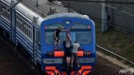 """Sashadiciottenne dall'età di dieci anni prende il treno suburbano a Mosca una o due volte il giorno, piuttosto che sedersi con gli altri passeggeri, preferisce salire sul tetto dei vagoni anche se il treno viaggia a più di 100 km / h. Sasha e altri giovani russi, soprannominati """"zatseperi"""" (""""surfisti""""), […]"""
