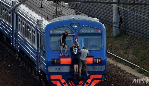 Ragazzi russi viaggiano sui tetti dei treni