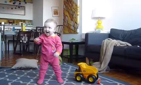 Lucy impara a camminare