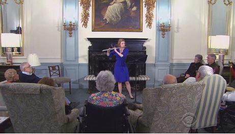 Marissa Plank suona per gli anziani al Judson Manor CBS NEWS