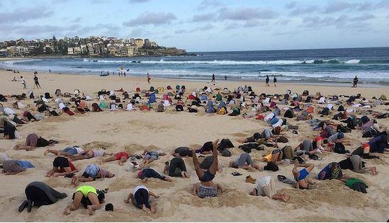 G20 a Brisbane testa sotto la sabbia protesta