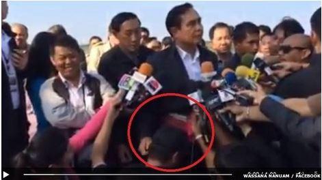 Il generale Prayuth Chan-Ocha accarezza testa del giornalista