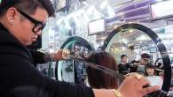 Nguyen Hoang Hung è un parrucchiere armato di spada, che ci crediate o no, taglia i capelli delle sue clienti con una spada! La sua insolita arma preferita non influenza la velocità o la qualità dei suoi tagli di capelli, ogni volta riesce a produrre risultati brillanti. Hung ha detto […]