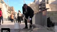 Un forte senso civico è costato l'arresto a un uomo che al City Gate di Valletta (Malta) per impedire ai pedoni di inciamparein strada ha riempito due buche con il cemento. Ivan John Grima Hammett intorno alle ore 10:30 indossando un abito nero nuovo di zecca, senza cravatta, si è […]
