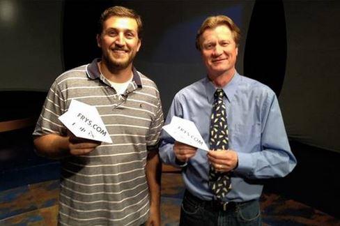 Joe Ayoob e John M. Collins record del mondo aeroplanino di carta volo