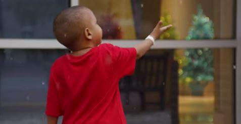 Sorpresa di Natale fuori dalla finestra