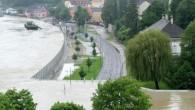 Ogni volta che arriva la stagione delle piogge a quanto pare alcuni austriacivive in una permanente situazione d'imminente disastro, come mostrato in video preso nel comune di Grein in Alta Austria, dove le case degli abitanti sono a pochi metri di un muro di protezione dalle inondazioni che sembra sul […]