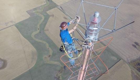 Kevin Schmidt sostituisce lampadina sulla torre TV KDLT alta 1.500 metri