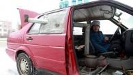 Li Xiufang una donna cinese di cinquantaquattro anni per sbarcare il lunario vende bottiglie di antigelo dalla sua auto ferma sul ciglio della strada, ha installatodentro la macchina una stufa per scaldarsi e per cucinare uno spuntino a mezzogiorno, significa che in attesa di clienti non deve lasciare il motore […]