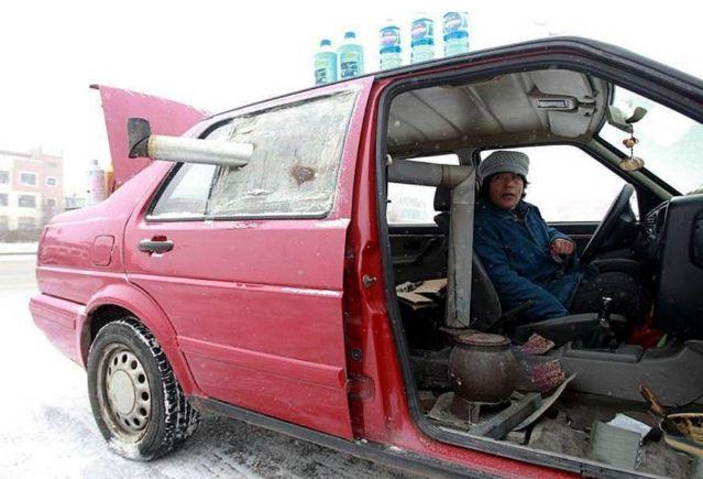 Li Xiufang con la stufa installata nella sua macchina - Foto CEN